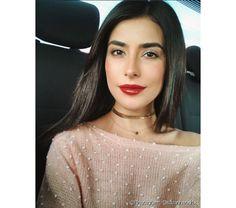 A mulher ariana adora o batom vermelho e não deixa de investir em um make poderosa para o trabalho (Foto: Instagram @sazanhendrix)