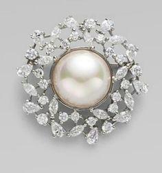 Prendedor de diamantes y perlas