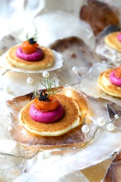 Buckwheat blinis with beetroot pâté and salmon ribbons Amouse Bouche, Mezze, Snacks Für Party, Appetisers, Buckwheat, Smoked Salmon, Beetroot, Food Presentation, Food Design