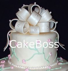 Tutorial for making fondant bows. Cake Decorating Techniques, Cake Decorating Tutorials, Fondant Bow Tutorial, Pasteles Cake Boss, Fondant Cakes, Cupcake Cakes, Making Fondant, Just Cakes, Specialty Cakes