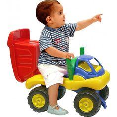 niño jugando con volquete gigante