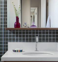 Não é de se estranhar que o apartamento de 65 m² tenha jeitão de casa: o projeto conta com espaços arejados e bem distribuídos, além de uma varanda repleta de verde