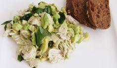 Gekookte kip met avocado en basilicum