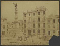 Año 1.889. Plaza de Santa Isabel. Podemos ver a varias personas en torno al Monumento a la Fama