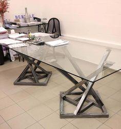 Bureau design en fer avec un plateau en verre