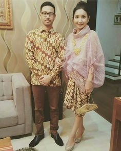 Perpaduan yang unik  ya Batik Fashion, Kebaya, Fashion Show, Ruffle Blouse, Sari, Traditional, Friends, Cute, Collection
