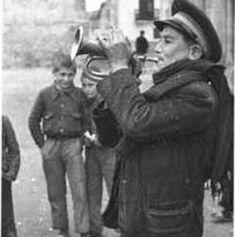 El Pregonero El pregonero era otra de las profesiones más populares en los pueblos de España. Llegaba con su corneta a las distintas poblaciones, y haciéndola sonar reunía a todos los habitantes para comunicarles noticias importantes venidas de otras ciudades, o acontecimientos extraordinarios dentro del... Ver mas