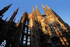 Unas de las obras más importantes de Gaudí es La Sagrada Familia es una basílica católica de Barcelona. Iniciada en 1882, todavía está en construcción y es el monumento más visitado de España, con 3,2 millones de visitantes.Gaudí diseñó un templo excepcional e innovador que iba a estar compuesto por 18 torres, aunque finalmente sólo tuvo tiempo de crear una de ellas antes de su muerte.