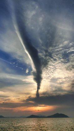 17  May 18:37 噴煙のような雲が立ち上がる夕暮れの博多湾です。 Evening  at  Hakata bay in Japan