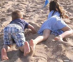10 Beach Games For Kids To stay active and create the best vacation memories. All of the games are easy to set up and do not require additional materials. Family Beach Pictures, Beach Photos, Beautiful Little Girls, Cute Little Girls, Cute Girl Outfits, Family Outfits, Surfer Kids, Tumblr Bff, Little Girl Leggings