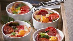 Stačí pár obyčejných ingrediencí a malé zapékací mističky a můžete vytvořit královskou snídani, která na vašeho partnera určitě zapůsobí. Ideální pokrm pro líné nedělní dopoledne...
