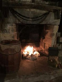 . Primitive Fireplace, Cabin Fireplace, Rustic Fireplaces, Primitive Homes, Cabin Christmas, Christmas Fireplace, Primitive Christmas, Christmas Mantles, Fireplace Pictures