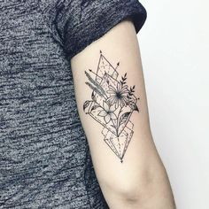One of the most popular tattoos are ultimately geometric tattoos that are original and únicos.Te present our 85 favorite designs Bicep Tattoo Women, Inner Bicep Tattoo, Back Of Arm Tattoo, Tricep Tattoos, Wrist Tattoos, Body Art Tattoos, Small Tattoos, Inner Upper Arm Tattoos, Arm Tattoos For Women Upper