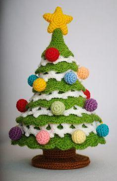 Gehäkeltes Bäumchen - Anleitung: http://crochettoys.com.ua/index.php/en/my-toys/item/35-crochet-christmas-tree ༺✿ƬⱤღ✿༻