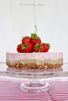 raw almond strawberry cheesecake (paleo, raw, and vegan! Paleo Sweets, Raw Desserts, Paleo Dessert, Healthy Desserts, Dessert Recipes, Gluten Free Treats, Gluten Free Desserts, Healthy Treats, Yummy Treats