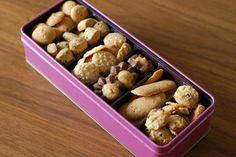 中は小粒のかわいいクッキーが一杯! 綺麗な宝石箱を開けたかのような感覚になるから不思議。  こんな乙女心くすぐられる、昔懐かしい素朴なクッキーは手土産にちょうどいいサイズ。