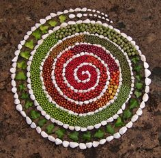 Flowers, stones of every shape and size, pieces of wood, fruits and leaves. The work of the Portuguese Ana Castilho is a thanksgiving to Mother Land Art, Art For Kids, Crafts For Kids, Ephemeral Art, Art Therapy Activities, Outdoor Art, Environmental Art, Nature Crafts, Mandala Art