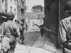 Soldiers of the 83rd Infantry Division of the U.S. move on the street in the French town of Saint-Malo (Saint Malo).