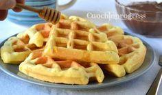 Il waffle è un dolce a cialda, croccante fuori e morbido dentro, Facili da fare e buonissimi, sono perfetti a colazione come dessert.