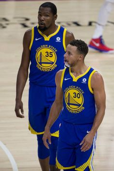 Kevin Durant and Stephen Curry of the Golden State Warriors look on in the second quarter against the Philadelphia at the Wells Fargo Center on. Basketball Funny, Basketball Teams, College Basketball, 2018 Nba Champions, Best Nba Players, Nba Stephen Curry, Golden State Warriors Pictures, Splash Brothers, Nba Championships