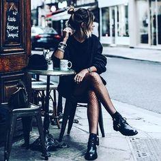 Pause parisienne !  #shopsquare #nouvelleco #paris #parisienne #france #frenchie #toureiffel #mode #femme #pause #friends #inspiration #motivation #success #cafe #the #robe #tendance #tropezienne #rue #streetsyle #casual #nofilter #vendredi #weekend #follow4follow #like4like #instamood #instapic #picoftheday