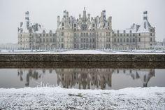 Snowy Chateau Chambord, France (Photo: Guillaume Souvant) [4256x2833] : ArchitecturePorn