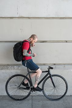 Veteran, artist, cyclist… Ari Sonnenberg on his XS Leader Renovatio. Urban Cycling, Urban Bike, Range Velo, Bike Messenger, Bike Tattoos, Bike Photography, Fixed Gear Bike, Cycle Chic, Commuter Bike