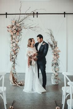 This dreamy and romantic wedding inspiration at the Summergrove Estate features a lovely neutral color palette | Image by Ivy Road Photography