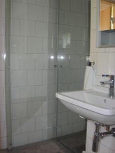 DURAVIT dusch där dörrarna fälls in mot hörnans väggar - den ena dörren i spegelglas döljer helt duschanordningen.  Vitt kakel 20x20 i halvförband och grå sandsten i golvklinker 45x45. 2014-02-16