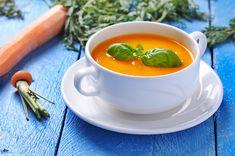 Sopa de cenoura indiana Ingredientes 1 colher (sopa) de água 2 colheres (chá) de curry 8 cenouras médias, descascadas e finamente fatiadas 4 talos de aipo finamente fatiados 1 cebola média grosseiramente picada 5 xícaras de caldo de frango caseiro 1 colher (sopa) de suco de limão ½ colher (chá) de sal Pimenta moída na hora a gosto