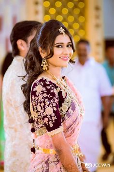 Shopzters is a South Indian wedding site South Indian Wedding Hairstyles, Bridal Hairstyle Indian Wedding, Bridal Hair Buns, Bridal Hairdo, Indian Bridal Fashion, Bridal Hairstyle For Reception, Engagement Hairstyles, Bride Hairstyles, Hairstyles Haircuts