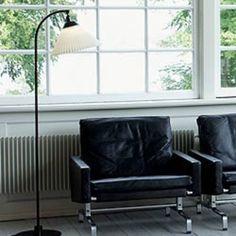 LE KLINT STANDERLAMPE 368S SORT INCL. SKÆRM Varenr. 9016511  Lampen er designet af Flemming Agger i 1979.  Skærmen kan vippes i det øverste led.  En klassisk og tidløs læselampe.
