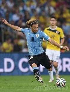 サッカーW杯ブラジル大会(2014 World Cup)決勝トーナメント1回戦、コロンビア対ウルグアイ。シュートを放つウルグアイのディエゴ・フォルラン(Diego Forlan、2014年6月28日撮影)。(c)AFP/EITAN ABRAMOVICH ▼29Jun2014AFP ロドリゲスが活躍みせたコロンビア、スアレス不在のウルグアイ撃破 http://www.afpbb.com/articles/-/3019078 #Colombia_Uruguay_round_of_16 #Brazil2014