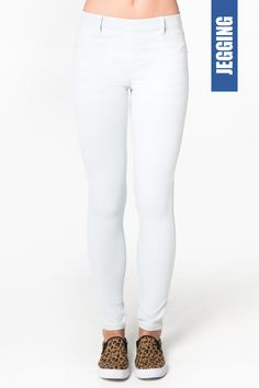 Get the latest trends in women's clothing at Ardene. Shop fashion tops, bottoms, dresses, and more in a variety of styles, fabrics and prints for all seasons. Jeggings, Girl Outfits, Fashion Outfits, Womens Fashion, Skinny, White Jeans, Latest Trends, Clothes For Women, Denim