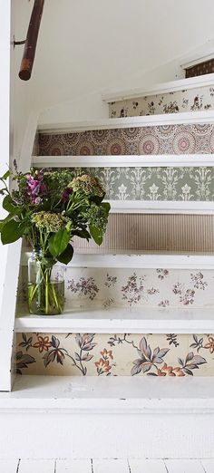 Country Decor - Unique Staircase Design cute for a cottage Palette Deco, Decoration Shabby, Staircase Design, Staircase Ideas, Staircase Decoration, Stair Decor, Country Decor, Country Homes, Country Style