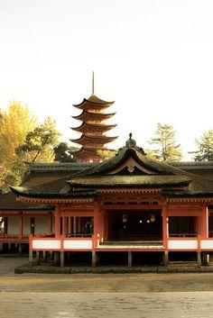五重塔とツーショット厳島神社 on Flickr.
