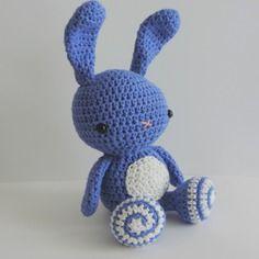 Lapin violet-bleu et blanc doudou peluche en coton crochet