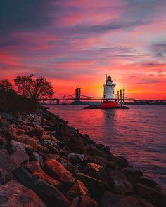 Sunset in Tarrytown Lighthouse (New York City, USA) Lighthouse Lighting, Lighthouse Pictures, Beautiful World, Beautiful Places, Cool Pictures, Beautiful Pictures, Beautiful Sunrise, Belle Photo, Beautiful Landscapes
