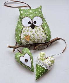 Gliniany garnek: Kolorowe zawieszki Owl Fabric, Fabric Toys, Fabric Crafts, Sewing Toys, Sewing Crafts, Sewing Projects, Felt Owls, Felt Birds, Owl Card