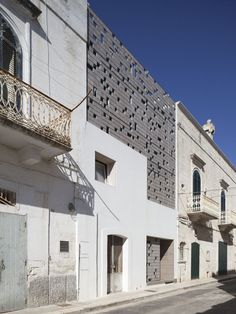 maderadearquitecto:    Casa Petrini Villani / Antonella Mari  Matteo Lorusso The façade consists of screening panels in wooden tiles on metal frames, which is an addition to the existing structure.