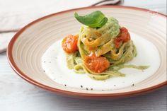 La pasta tricolore è un gustoso primo piatto ispirato ai colori della nostra bandiera condito con pesto di zucchine, crema di formaggio e pomodorini!