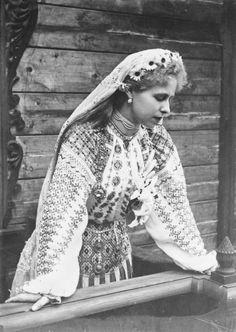 Beautiful photo of traditional Romanian folk dress - Marie Alexandra Victoria of Edinburgh (Queen Maria of Romania) Folk Costume, Costumes, Romanian Royal Family, Casa Real, Folk Fashion, Queen Mary, Royal Jewels, Queen Victoria, Ferdinand