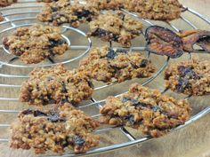 Fantastické sušenky ze sušených švestek, švestkového sirupu a ovesných vloček, upečené dokřupava můžete podávat i jako zdravou svačinku. Brownies, Cereal, Sweets, Cookies, Breakfast, Candy, Food, Fitness, Biscuits
