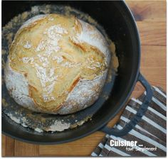 Faire son pain dans une cocotte! 300ml d'eau 500g de farine 25g de levure fraîche (plutôt 40gr ?) 10g de sel Lorsque la pâte est prête, la déposer dans une cocotte allant au four (en fonte - plat pyrex avec couvercle ?) et fariner. Inciser la pâte en croix. Mettre au four froid à 240° pendant 50 minutes.