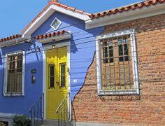 Uma casa de vila retrô. Veja: http://casadevalentina.com.br/projetos/detalhes/casa-de-vila-com-perfume-retro-566 #decor #decoracao #interior #design #casa #home #house #idea #ideia #detalhes #details #style #estilo #casadevalentina #facade #fachada