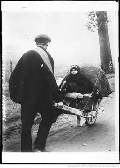 Fugitifs belges traversant le nord de la France [homme poussant une brouette avec paquets et enfant] : [photographie de presse] / [Agence Rol]