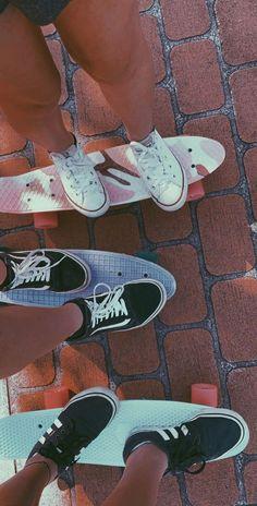Secrets Of Sneaker Shopping. Penny Skateboard, Skateboard Design, Skateboard Girl, Skateboard Tumblr, Cute Friend Pictures, Best Friend Pictures, Fotografia Vsco, Foto Top, Estilo Indie