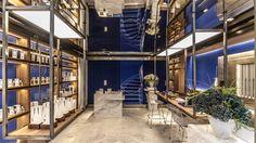 Mise en ambiance par le designer Christophe Pillet, la dernière-née des parfumeries alternatives parisiennes irradie clarté et légèreté dans un savant jeu de contrastes et de matières.