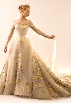Lily James parece saída de um verdadeiro conto de fadas, nas primeiras imagens do vestido de noiva da Cinderela.