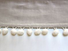 Vidéo - Comment coudre un galon à pompons Sewing Lessons, Sewing Hacks, Sewing Projects, Techniques Couture, Sewing Techniques, Sewing School, Couture Outfits, Cosplay Diy, Couture Sewing